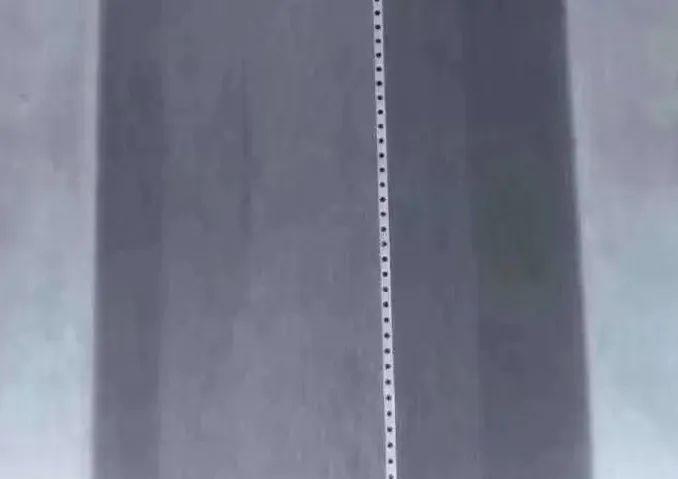 熔喷布上的微孔.jpg